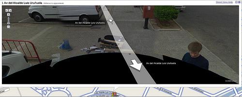 Curiosidad: Google Street View ha captado un coche del servicio siendo reparado